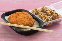 Зажаренный свинина покрыл на tonkatsu риса и Tako Yaki на коробке Стоковое Изображение RF