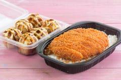 Зажаренный свинина покрыл на tonkatsu риса и Tako Yaki на коробке Стоковые Изображения