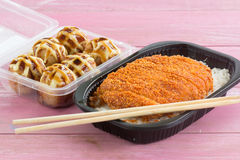 Зажаренный свинина покрыл на tonkatsu риса и Tako Yaki на коробке Стоковые Изображения RF