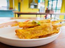 Зажаренный свинина Satay с соусом арахиса в красочном ресторане, Tha Стоковое Изображение RF