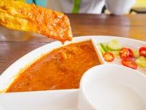 Зажаренный свинина Satay с соусом и уксусом арахиса на деревянном столе Стоковая Фотография RF