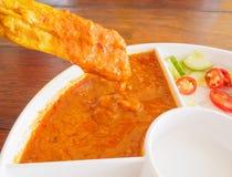 Зажаренный свинина Satay с соусом и уксусом арахиса на деревянном столе Стоковое фото RF