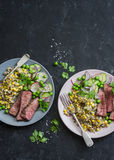 Зажаренный стейк говядины и салат мозоли квиноа мексиканский на темной предпосылке, взгляд сверху Очень вкусная здоровая сбаланси Стоковая Фотография RF
