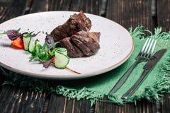 Зажаренный стейк говядины, который служат с зеленой салфеткой Стоковое Фото
