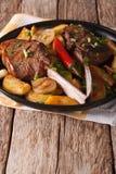 Зажаренный стейк говядины с зажаренными картошками на конце-вверх плиты Vert Стоковые Фото