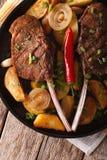 Зажаренный стейк говядины с зажаренными картошками на конце-вверх плиты Vert Стоковое Фото