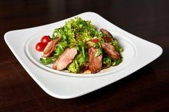 Зажаренный стейк говядины с зеленым салатом Стоковое Изображение RF