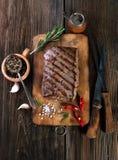 Зажаренный стейк говядины с перцами специй, розмаринового масла и chili Стоковые Фото