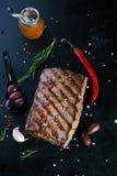 Зажаренный стейк говядины с перцами специй, розмаринового масла и chili Стоковое Изображение RF