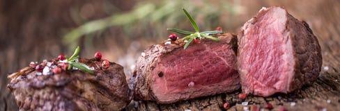 Зажаренный стейк говядины с розмариновым маслом, солью и перцем на старой разделочной доске bedroll стоковая фотография