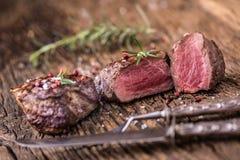 Зажаренный стейк говядины с розмариновым маслом, солью и перцем на старой разделочной доске bedroll стоковая фотография rf