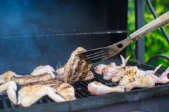Зажаренный стейк и chiken варить на открытом барбекю Стоковые Фото