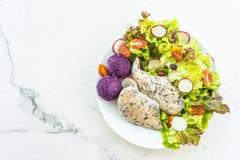 Зажаренный стейк мяса куриной грудки со свежим овощем стоковая фотография rf