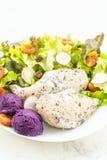 Зажаренный стейк мяса куриной грудки со свежим овощем стоковые изображения rf