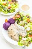 Зажаренный стейк мяса куриной грудки со свежим овощем стоковые фото