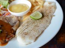 Зажаренный стейк свинины и зажаренный стейк рыб Стоковая Фотография RF