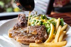 Зажаренный стейк свинины с лить рецептом соуса с французск-картофелем фри a стоковые фотографии rf