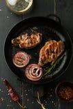 Зажаренный стейк свинины с перцем специй, розмаринового масла и chili Стоковое фото RF