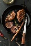 Зажаренный стейк свинины с специй, розмаринового масла и chili перцем внутри Стоковые Изображения