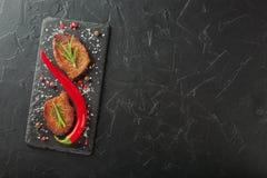 Зажаренный стейк с перцем розмаринового масла и chili на темном камне Стоковые Фотографии RF