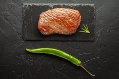 Зажаренный стейк с chili на черном камне Стоковое фото RF