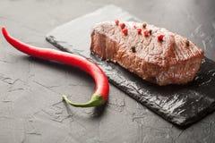Зажаренный стейк с chili на черном камне Стоковое Фото