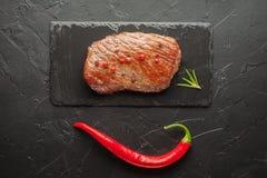 Зажаренный стейк с chili на черном камне Стоковое Изображение RF