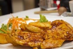 Зажаренный стейк цыпленка с горячим sos Стоковые Фото