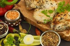 Зажаренный стейк цыпленка с специями и овощем Диетическая еда для спортсменов Еды здорового питания зажаренный цыпленок Стоковое Изображение