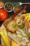 Зажаренный стейк цыпленка с специями и овощем Диетическая еда для спортсменов Еды здорового питания зажаренный цыпленок Стоковое фото RF