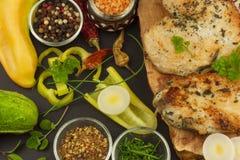 Зажаренный стейк цыпленка с специями и овощем Диетическая еда для спортсменов Еды здорового питания зажаренный цыпленок Стоковые Изображения
