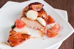 Зажаренный стейк цыпленка с томатами моццареллы и вишни Стоковые Изображения
