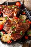 Зажаренный стейк T-косточки с томатами, chili и луками в PA гриля Стоковое Фото