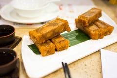 Зажаренный торт губки вкуса кокоса служил на таблице Стоковые Изображения