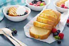 Зажаренный торт фунта с свежими ягодами Стоковое фото RF