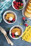Зажаренный торт фунта с свежими ягодами Стоковые Изображения RF
