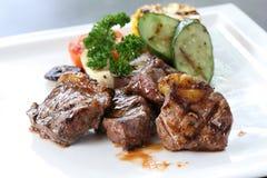 Зажаренный филей говядины с зажаренными в духовке овощами на белом блюде Стоковые Фото