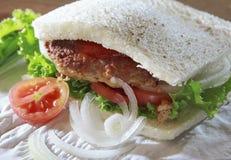 Зажаренный хлеб сандвича мяса с зелеными vegetable томатом и луком Стоковые Фотографии RF