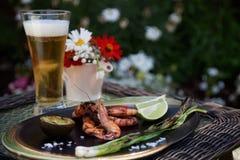 Зажаренный целым обедающий креветок в саде Стоковые Фото