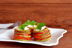 Зажаренный цукини с свежими томатами, югуртом и петрушкой Зажаренный рецепт закуски цукини Легкая vegetable закуска Стоковое Изображение
