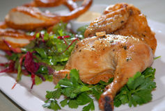 зажаренный цыпленок зеленеет овощи Стоковые Изображения