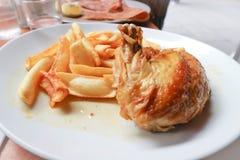 Зажаренный цыпленок или зажаренный в духовке цыпленк цыпленок Стоковые Изображения RF