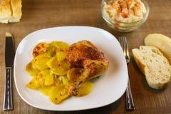 Зажаренный цыпленок и испеченная картошка стоковые фото