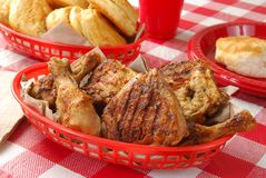 зажаренный цыпленок корзины Стоковая Фотография