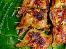 Зажаренный цыпленок на листьях банана Стоковые Изображения RF
