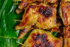 Зажаренный цыпленок на листьях банана Стоковые Фотографии RF