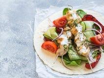 Зажаренный цыпленок на протыкальниках металла с греческим соусом и свежими овощами на пите овощи moussaka кухни casserole греческ стоковые фотографии rf