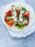 Зажаренный цыпленок на протыкальниках металла с греческим соусом и свежими овощами на пите овощи moussaka кухни casserole греческ стоковое изображение