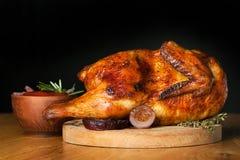 Зажаренный цыпленок на темной предпосылке Стоковое Изображение