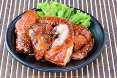 Зажаренный цыпленок на черной плите Стоковая Фотография